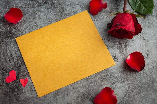 Rode bloemen van roos en omhullen op donkere achtergrond