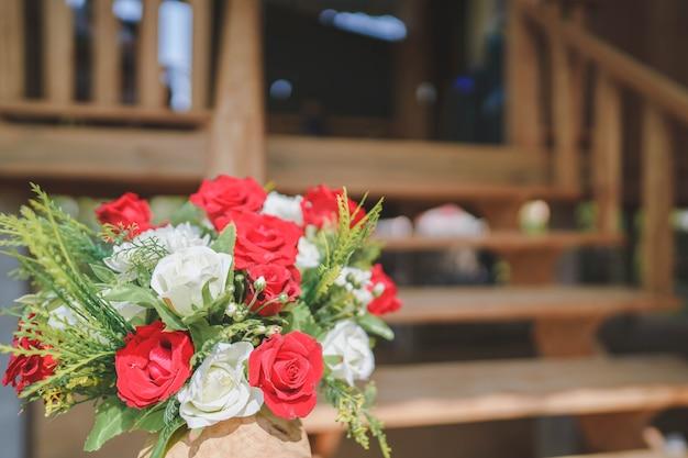 Rode boeketten versieren de trappen van het huis voor een feest, welkom op de bruiloft.