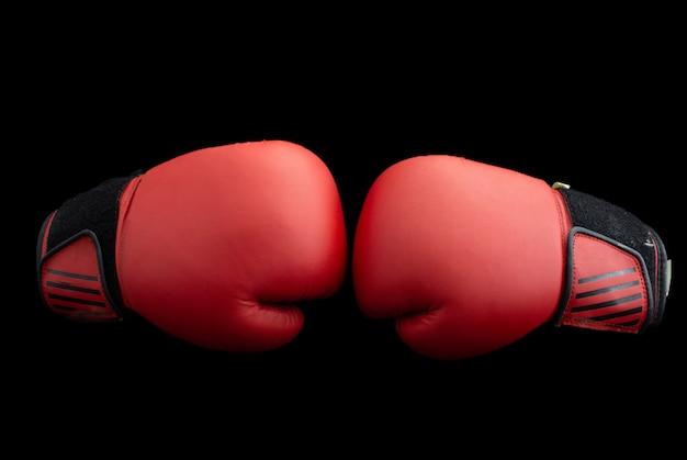 Rode bokshandschoenen op een zwarte achtergrond