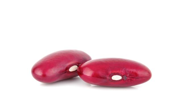 Rode bonen geïsoleerd op een witte achtergrond. macro