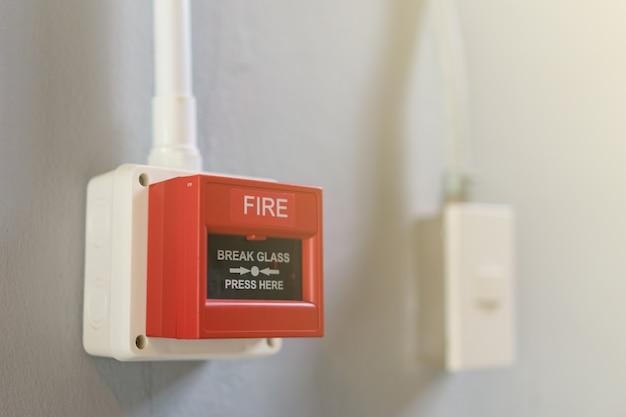 Rode brandalarmdoos op witte achtergrond.