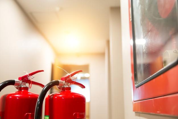 Rode brandblussertank in het gebouw.