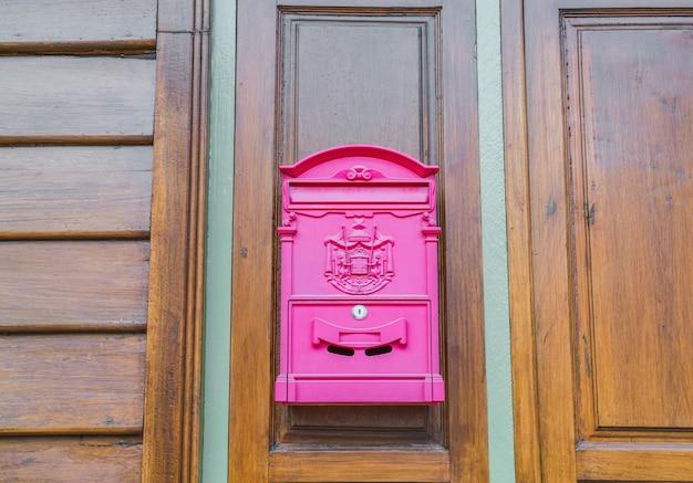 Rode brievenbus op houten muur