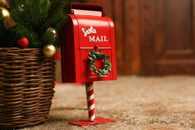 Rode brievenbus voor brieven aan de kerstman op kerstmis achtergrond