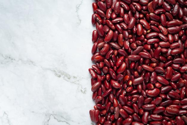 Rode bruine bonen plaats op witte marmeren achtergrond