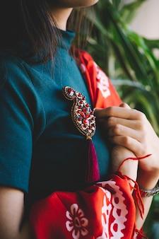 Rode buta-vormige stenen sieraden