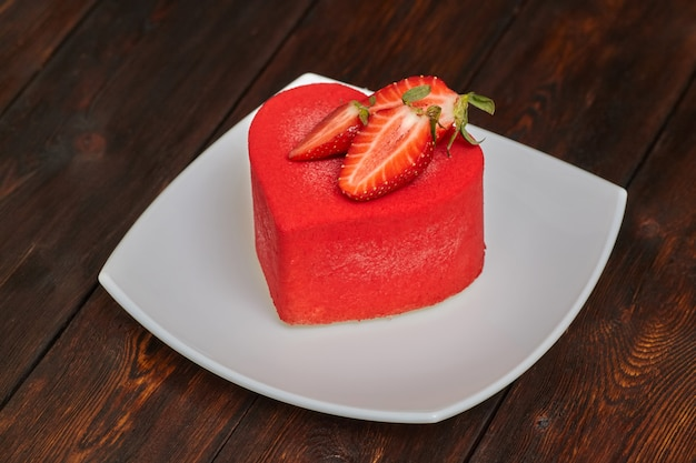 Rode cake in de vorm van een hart op valentijnsdag