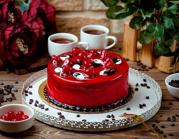 Rode cake met thee op de tafel