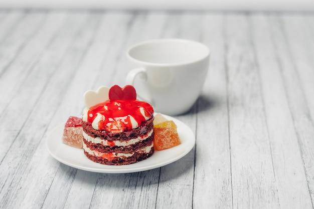 Rode cake op tafel dessert snoep bovenaanzicht genot
