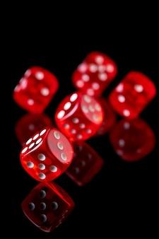 Rode casino dobbelstenen geïsoleerd over zwarte reflecterende achtergrond