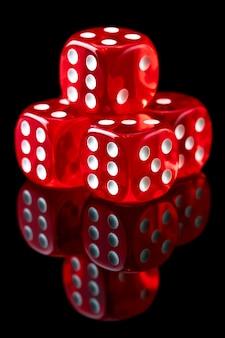 Rode casino dobbelstenen op zwarte tafel