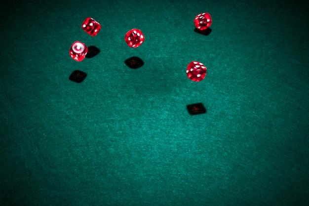 Rode casino dobbelstenen over de pokertafel