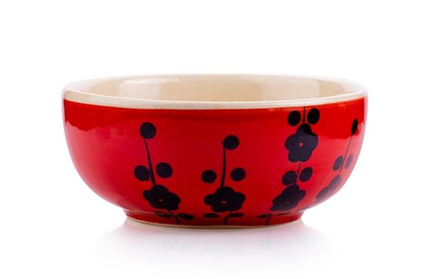 Rode ceramische kom die op wit wordt geïsoleerd