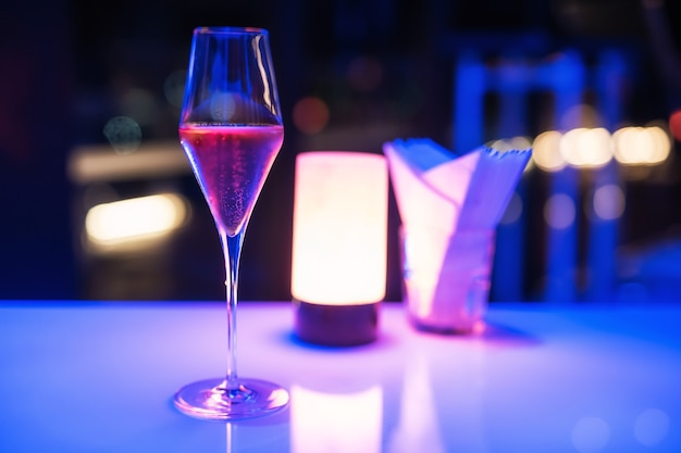 Rode champagne in hoog glas pub, bar, restaurant. zomerse drankjes en cocktails. nachtleven levensstijl voor moderne rijke mensen.