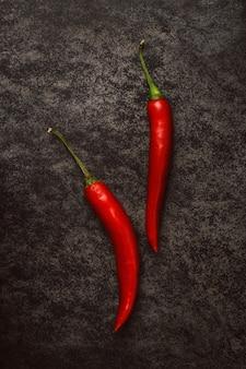 Rode chili papieren op donker