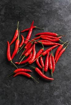 Rode chili peper geïsoleerd op zwart