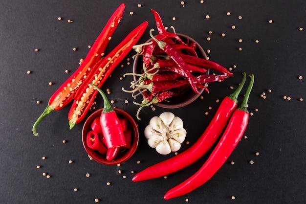 Rode chili peper gesneden met knoflook peper in keramische kom gedroogde rode chili peper bovenaanzicht