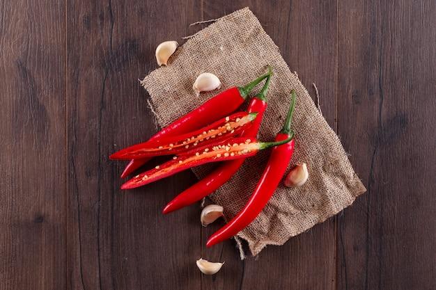 Rode chili peper met knoflook bovenaanzicht op zak