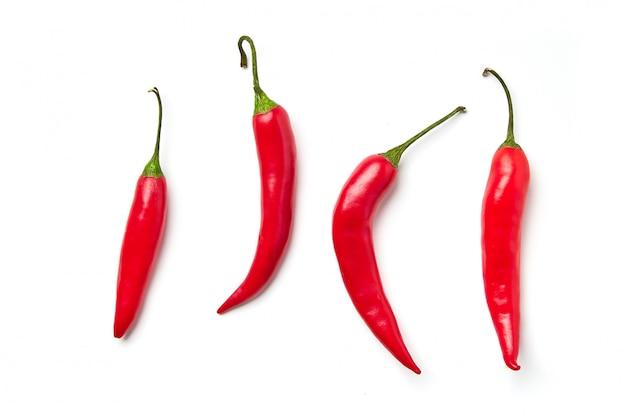 Rode chili peper. rode chili peper van verschillende vormen geïsoleerd
