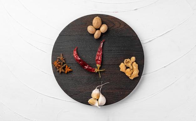 Rode chili pepers en andere kruiden op witte gestructureerde achtergrond, bovenaanzicht