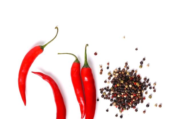 Rode chili pepers en peperkorrels