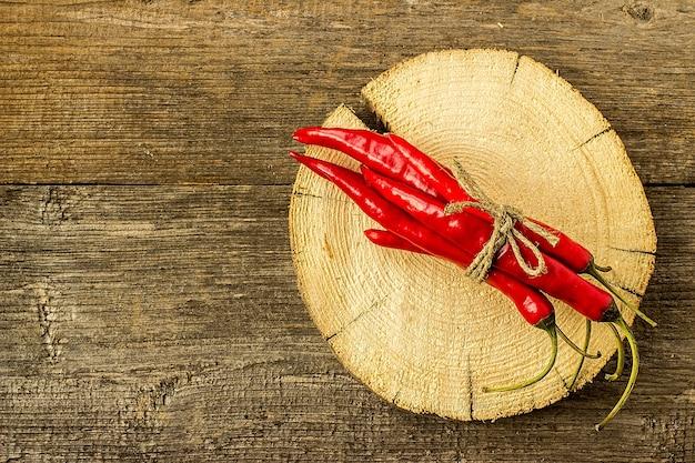 Rode chili pepers gebonden met touw