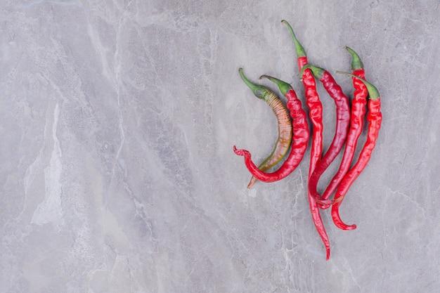 Rode chili pepers geïsoleerd op een marmeren oppervlak