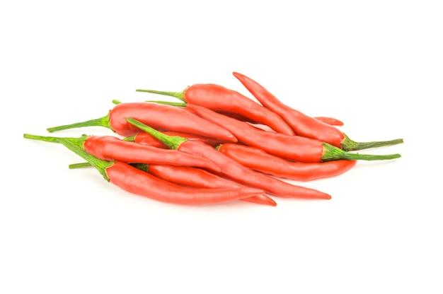 Rode chili pepers geïsoleerd op een wit oppervlak met uitknippad