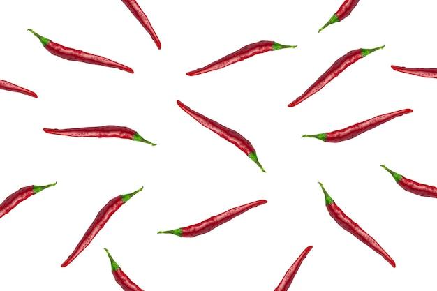 Rode chilipepers op een afgelegen witte achtergrond, paprikapatroon