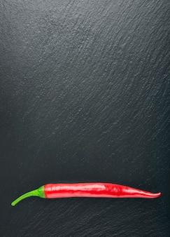 Rode chilipepers op een zwarte