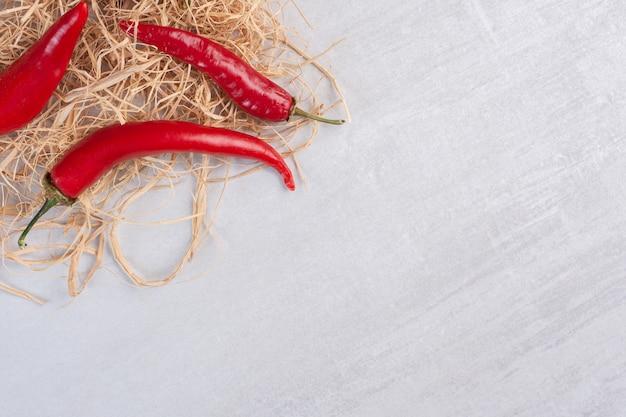 Rode chilipepers op stenen achtergrond. hoge kwaliteit foto