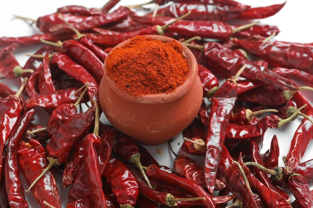 Rode chilipoeder met gedroogde rode pepers