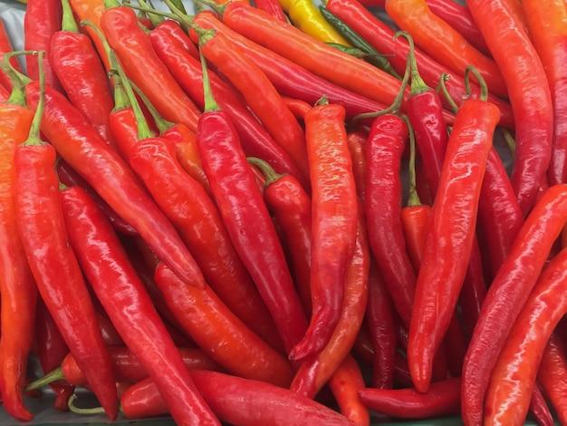 Rode chilis in de verse markt