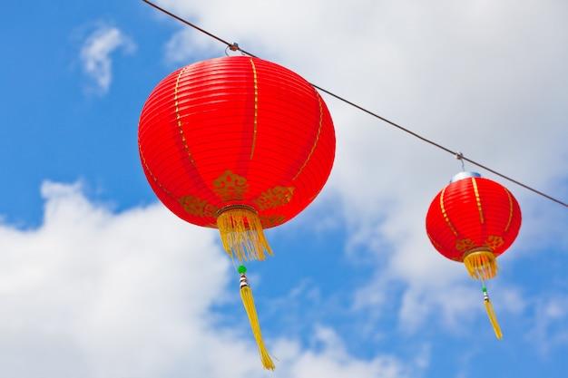 Rode chinese papieren lantaarns tegen een blauwe hemel