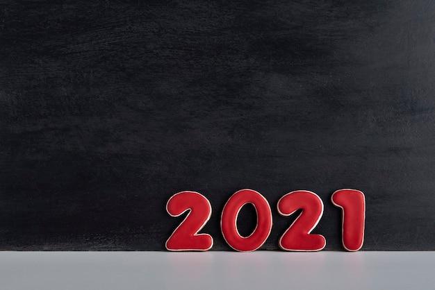 Rode cijfers 2021 op zwarte achtergrond. kopieer ruimte.