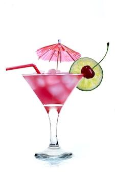 Rode cocktail en limoen geïsoleerd op wit