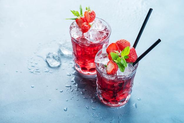 Rode cocktail met ijs en munt