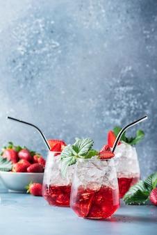 Rode cocktail met ijs en verse aardbeien