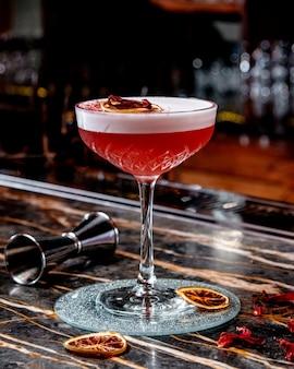 Rode cocktail met kaneelstokjes