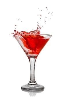Rode cocktail met splash geïsoleerd op wit