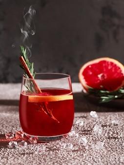Rode cocktail met tijm