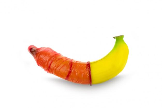 Rode condooms dragen een bananenconcept, veilige seks, preventie van seksueel overdraagbare aandoeningen en anticonceptie