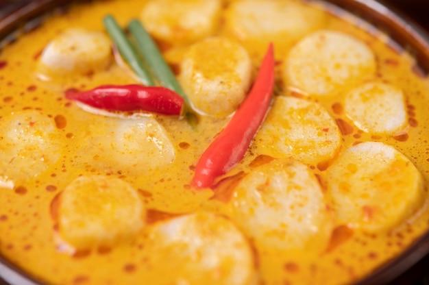 Rode curry gehaktballetjes met chili en lente-uitjes in een kom