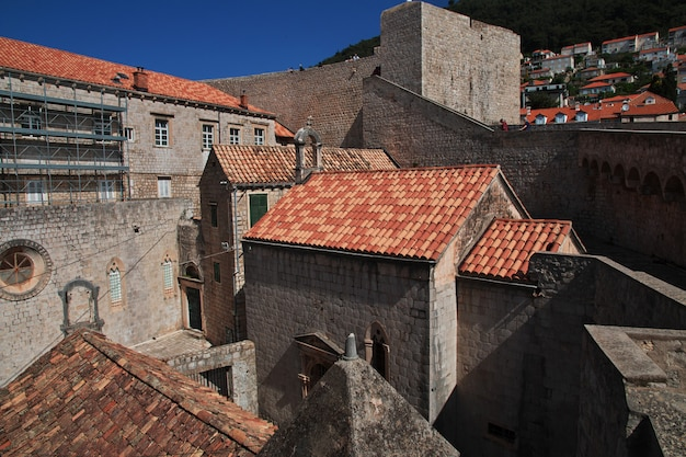 Rode daken in dubrovnik-stad op adriatische overzees, kroatië