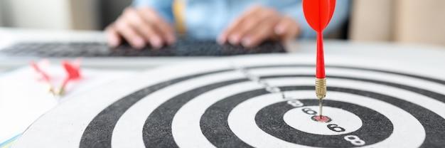 Rode dart doelpijl die op bullseye close-up doel marketingconcept raakt