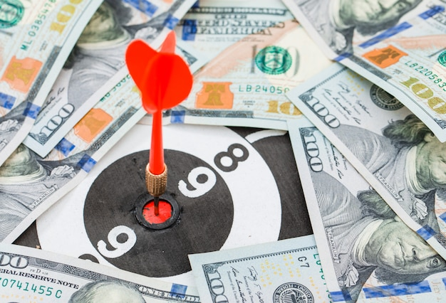 Rode dart in het midden van dartbord in bankbiljetten
