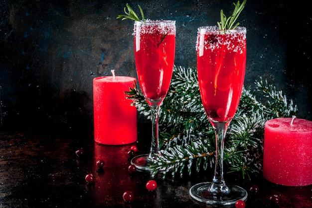 Rode de amerikaanse veenbesmimosa van de kerstmisochtend met rozemarijn met kerstmisdecoratie