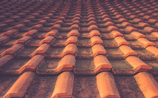 Rode de textuur mediterrane architecturale details van het tegeldak