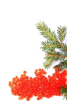 Rode de zalmkaviaar van de kerstmisspar die op witte achtergrond wordt geïsoleerd