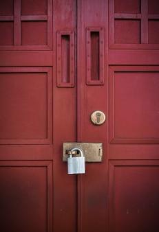 Rode deur met slot